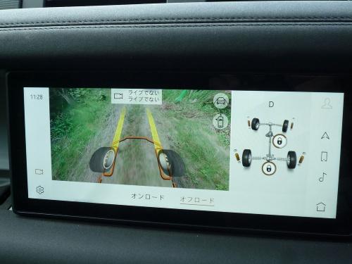 ランドローバー独自の、ボンネットフード下の様子をカメラ映像で見せる機能は、先を見通しにくい悪路の下り坂などで絶大な安心をもたらす