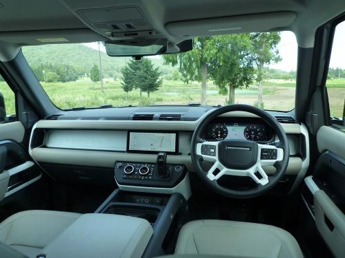 水平基調のダッシュボードと、フロントウインドーの端を湾曲させない造形が、車両感覚をつかみやすくする