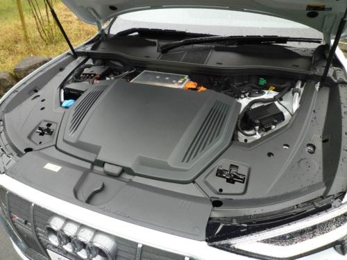 前後に駆動用モーターを備える4輪駆動で、最高出力は300kW