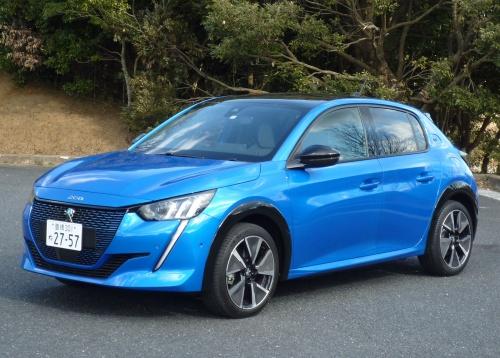 外観はガソリンエンジン車とほぼ同様だが、EVではラジエーターグリルやプジョーのライオンマークに車体色と同じ配色が加わる