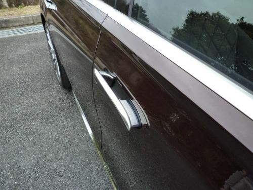キーを持って車に近づくと、車体外板と一体だったドアハンドルが手前に出てくる