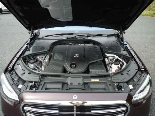 ISG付きの直列6気筒エンジンは、電動スーパーチャージャーとツイン・スクロール・ターボ・チャージャーを備え、最高出力は435馬力