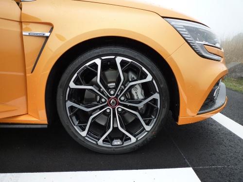 「245/35R19」という超扁平タイヤが装着されている