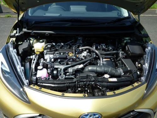 ヤリスHEVと同じ直列3気筒エンジンを搭載するが、バイポーラ型ニッケル水素電池によりモーター走行領域が増え、静かで上質な走りとなっている