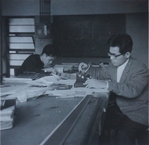 卒業論文を執筆していた大学4年の尾島氏。井上助教授が行ったある実験結果の不備を指摘したところ目をかけられたという(写真:尾島 俊雄)