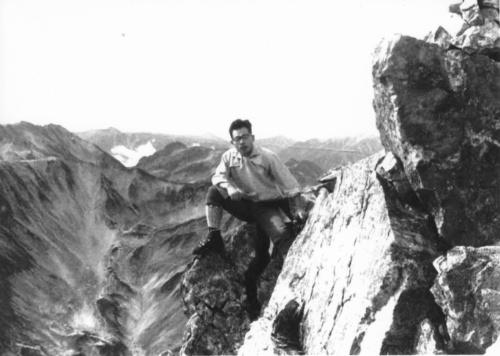 剣岳と尾島氏。小さいころから登山が好きで、海外に行くとその地の山に登ってきた(写真:尾島 俊雄)