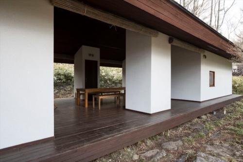 「山川山荘」(1977年)の外観。中庭には大きなテーブルが置かれている。山本氏がデザインした、当時のオリジナル(写真:川辺 明伸)