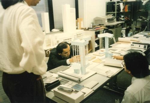 帰国後は米国流の合理的な設計事務所運営を目指した。写真は有明パークビル設計の打ち合わせ風景(写真:安井建築設計事務所)