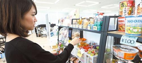 有志が商品をそろえ、菓子類や酒類などを販売している。現金に加えてBitcoinでも支払いができる。