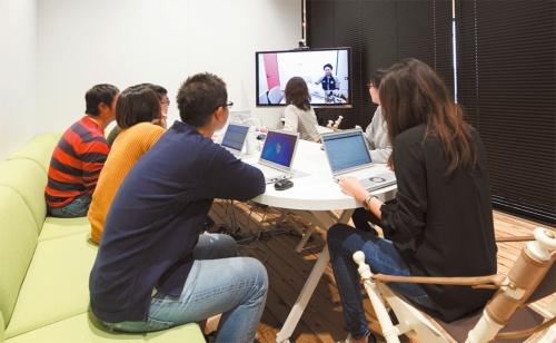 取材時、テレビ会議システムで東京のヤフー本社と打ち合わせしていた。