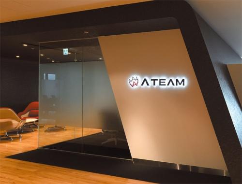 受付もモダンな作り。奥に来客用の会議室や打ち合わせスペースがある。