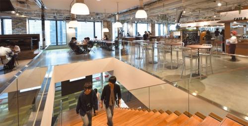 社員食堂「LaPyuta(ラピュータ)」に、階段を上ってくる社員も多い。