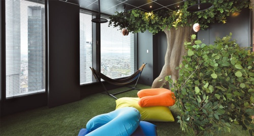 公園をイメージして人工芝を敷きクッションを配したスペース「NeMita」。