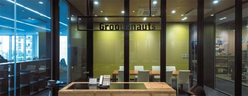 グルーヴノーツの受付。ガラス張りで奥の会議室はもちろん、左右の執務スペースも丸見え。