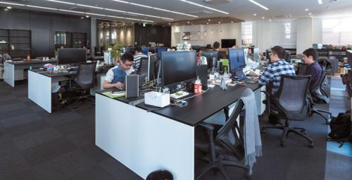 執務スペースは黒と白を基調にした整然とした雰囲気で、窓からの光が明るい。