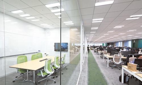 17階の執務エリアは緑が基調で、内装のテーマは「森」。窓側を社員の執務スペースに割き、内側は会議室などに利用。
