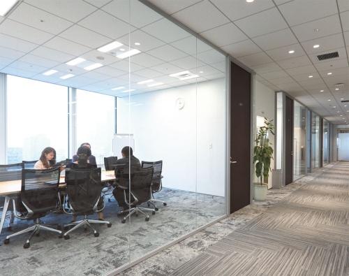 その奥のスペースは来客用会議室・セミナールームのエリア。日光を遮らないように窓も廊下側もガラス張りだ。