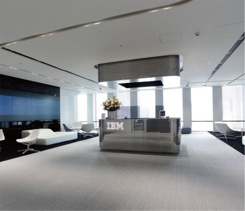 13階の近未来的な受付。ディスプレーではIBM Watsonのデモが見られる。