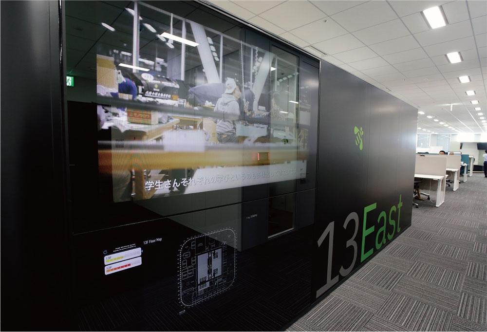 フロアの廊下には、会議室・座席の空き状況などが確認できるデジタルサイネージがある。