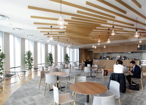 光が降り注ぐカフェではドリンクと軽食が取れる。