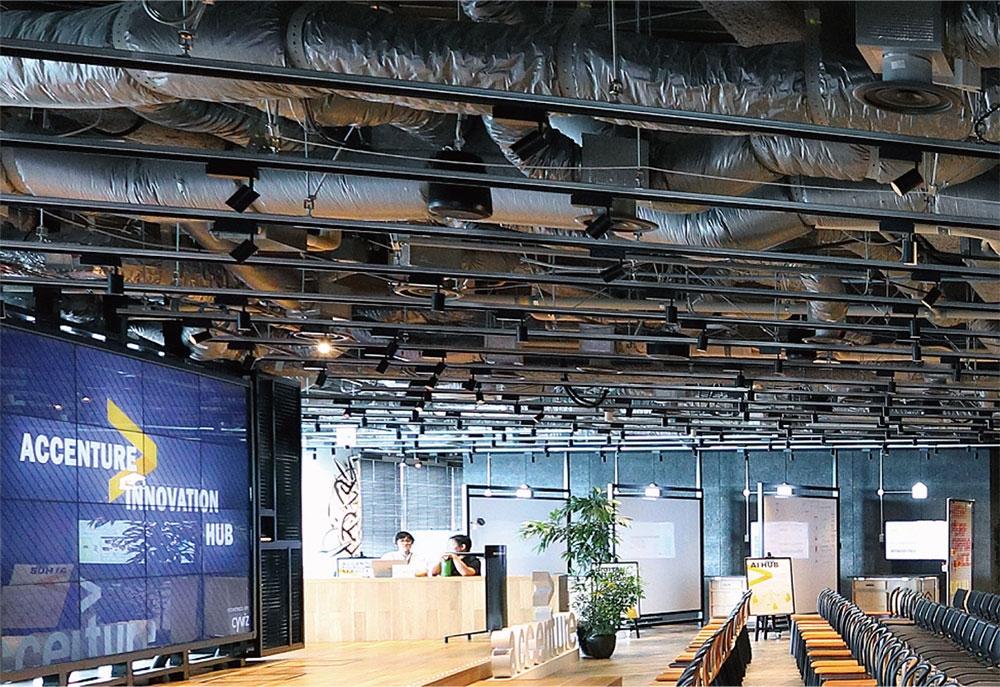 カフェスペース「8(AIT)」の近くにはフリースペースがあり、そこで仕事ができる。