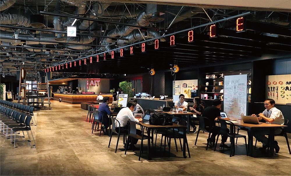 8階はさまざまな実例を見ながら実験を試みることが可能なフロア。写真右奥にカフェ、右手前にはテーブル。左側には大きなマルチスクリーンがありセミナーなどイベントが可能。