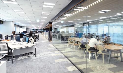 執務スペースの様子。白やグレーが基調で、ガラスが目立つ。会議室は透明なパーティションに囲まれている。