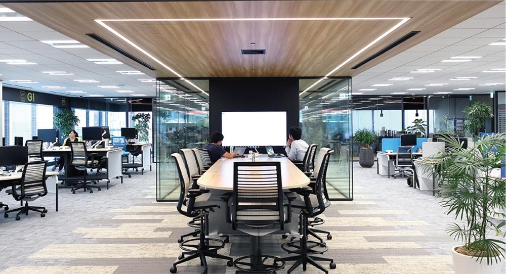 透明なパーティションで囲まれていない、オープンな打ち合わせスペースも設置している。