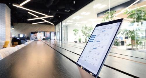 休憩スペース「Work Café」の大テーブルには溝があり、iPadやiPhoneが立てられるようになっている。