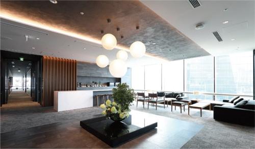 受付のスペースは、さんさんと光が降り注ぎ、ホテルのようにくつろげる空間になっている。