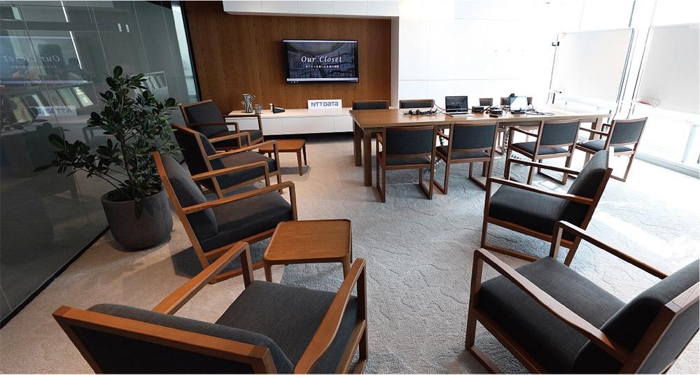 「プロジェクトルーム」と呼ばれる顧客専用の会議室「風」の内部の様子。入口にはセキュリティ装置が設置されている。