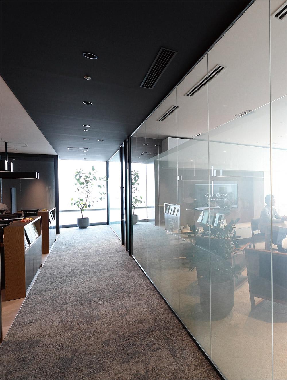 「プロジェクトルーム」は顧客専用の会議室。ボタン1つで曇りガラスになり、外から中が見えない状態に。