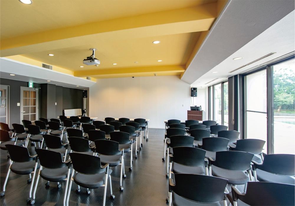 1階の120人収容のセミナールーム。