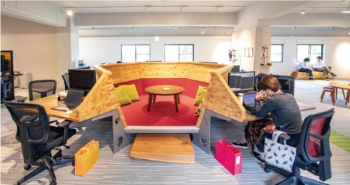 休憩やミーティングに使うスペース「モノリス」。冬場はこたつに変身。