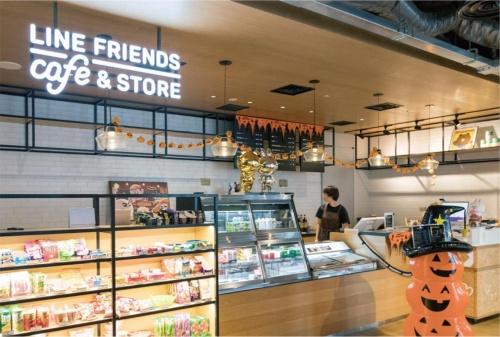 カフェではコーヒーや軽食を購入できる。