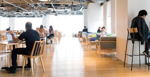 木製のテーブルやいすで、リラックスした雰囲気で仕事ができる。