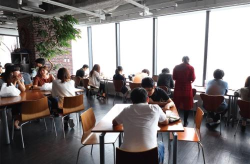 東京タワーなど窓の外の景色を眺めながら食事できる