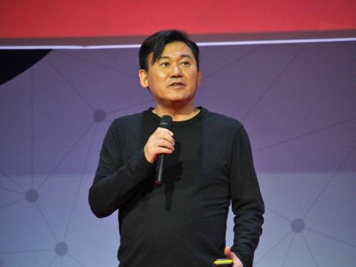 2月27日、Mobile World Congress 2018の基調講演で講演した楽天の三木谷氏。携帯電話事業の新規参入によって「ゲームチェンジャーになる」と話した。写真は同イベントより(筆者撮影)