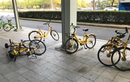 中国ではシェアサイクルの乗り捨てが定着していることから、乗り捨てが規制された現在も、至るところでシェアサイクルが放置されている様子を見ることができる(筆者撮影)