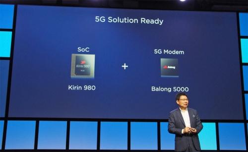 ファーウェイのリチャード・ユー氏は、2018年8月31日に実施したIFAの基調講演の中で、新しいチップセット「Kirin 980」と5Gのモデムを組み合わせることで、5Gネットワークに対応できるとアピールしていた。写真は同講演より(筆者撮影)