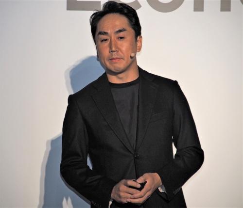 LINE社 代表取締役社長CEOの出澤剛氏。LINEとLINE Token Economyを別の形に提供する理由の1つに、LINEに縛られないことで海外でのサービスを拡大しやすくなることを挙げている。写真は2018年9月27日のLINE社記者説明会より(筆者撮影)