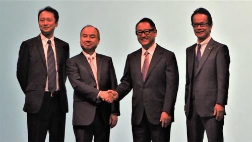 ソフトバンクとトヨタ自動車は2018年10月4日に緊急の記者会見を実施。会場にはソフトバンクグループの代表取締役社長である孫正義氏と、トヨタ自動車の代表取締役社長である豊田章男氏が登壇し、大きな注目を集めた。写真は同会見より(筆者撮影)