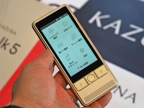 TAKUMI JAPANが提供している自動翻訳機「KAZUNA eTalk5」。POCKETALKと同様に、世界各地で使えるSIMをセットで提供しており、音声以外の幅広い翻訳に対応しているのが特徴となる。写真は2019年1月17日のTAKUMI JAPAN新製品発表会より(筆者撮影)