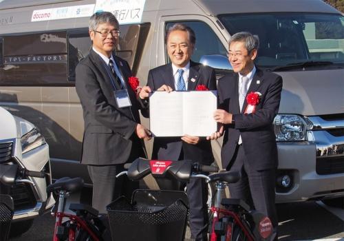 横須賀市とNTTドコモ、京浜急行電鉄は2019年1月24日に連携協定の締結式を実施。横須賀市の地域課題解決や産業育成などに向けスマートモビリティーに関する取り組みを推し進めるとしている。写真は同締結式より(筆者撮影)