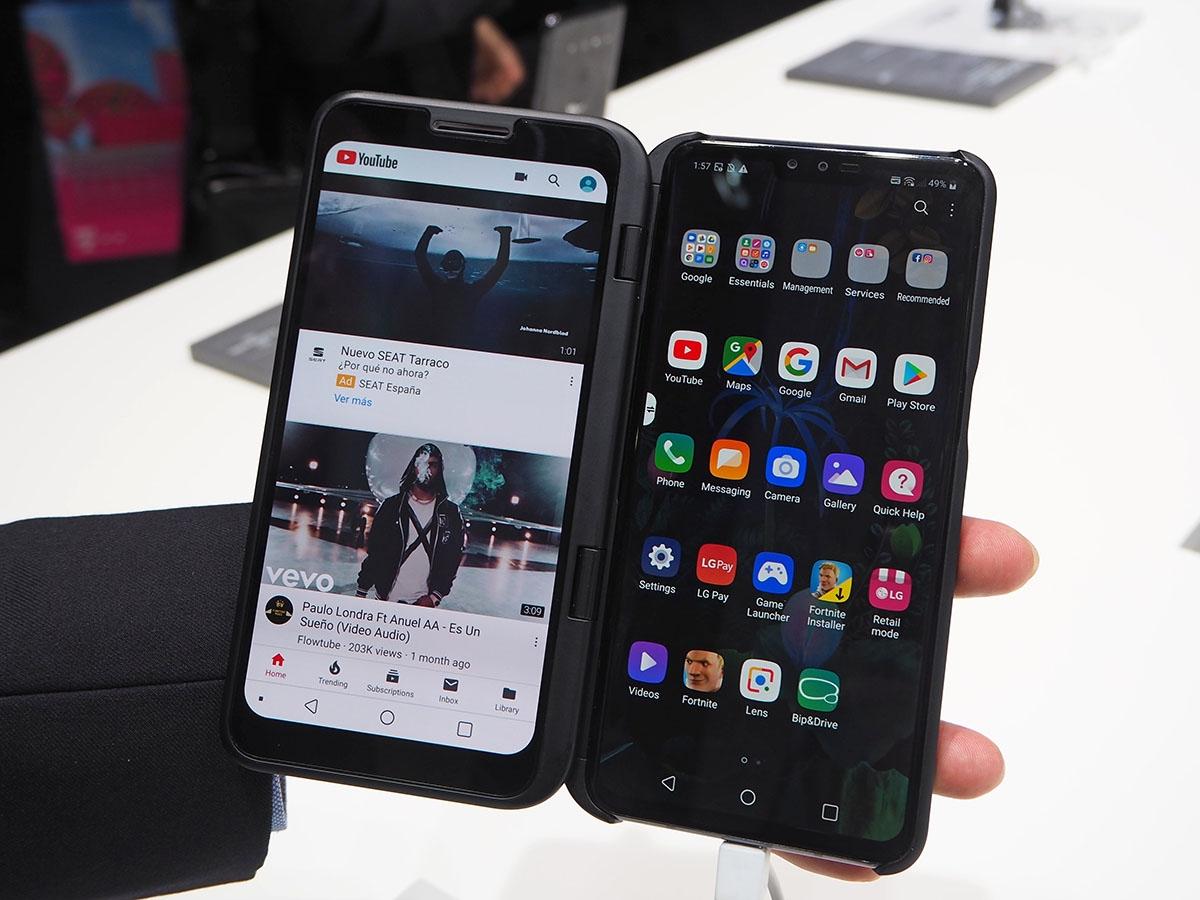 LG電子が発表した5G対応スマートフォン「LG V50 ThinQ」は、アクセサリーを用いて2画面スマートフォンとしても利用できる。MWC 2019では多くのスマートフォンメーカーが5G対応スマートフォンを発表している。写真はMWC 2019のLGエレクトロニクスブースより(筆者撮影)