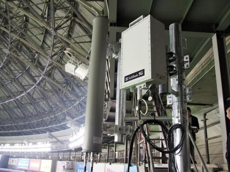 5Gの基地局はスタジアムの上部に設置され、VR HMDのある体験ルームに向けて電波を射出。3.7GHz帯と28GHz帯の2つの帯域を活用しており、写真は28GHz帯の基地局になる。写真は2019年3月23日、福岡ヤフオク!ドームにて筆者撮影