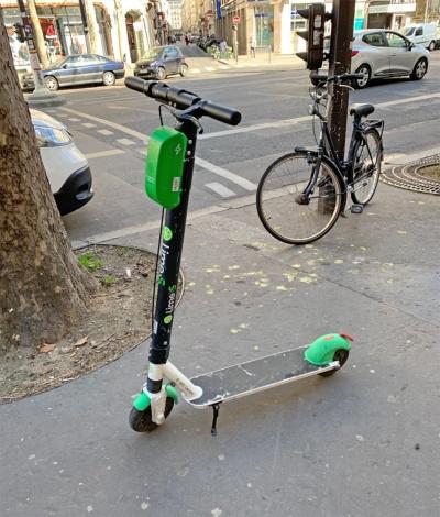 パリでは電動キックスケーターのシェアリングサービスも多く利用されているが、乗り捨て可能なことから数が増えるにつれモラルの問題が懸念される。写真は2019年3月、フランス・パリにて筆者撮影