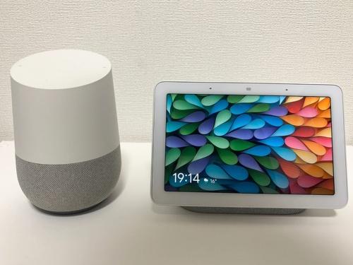 米グーグルが2019年6月5日に日本での発売を発表したスマートディスプレー「Google Nest Hub」(右)。スマートスピーカー「Google Home」(左)と比べるとそれほど大きくない印象だ(筆者撮影)
