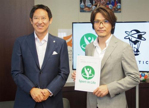 「Sport in Life」の認定を受け、2019年7月30日にはスポーツ庁の鈴木氏(左)と、ナイアンティック村井氏(右)の対談が実施された。ゲームに抵抗があったという鈴木氏は、当日ポケモンGOをインストールしたばかりとのこと(筆者撮影)