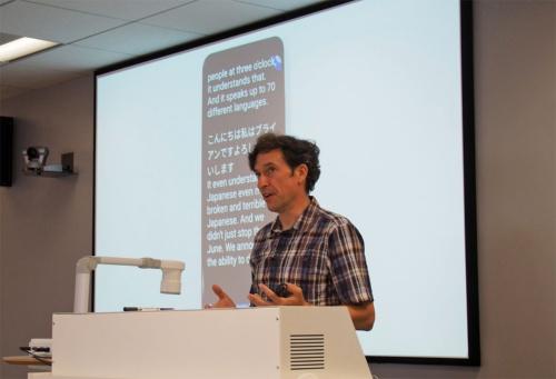米グーグル Androidアクセシビリティ プロダクトマネージャーのブライアン・ケムラー氏による「音声文字変換」のデモ。スマートフォンに話しかけた言葉がリアルタイムでテキストに変換され画面に表示される仕組みだ。写真は2019年8月21日のグーグル・Androidの各種サポート機能説明会より(筆者撮影)